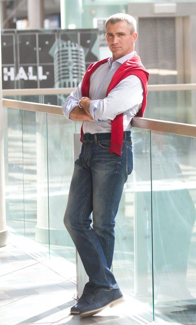 К джинсам стилист подобрала обувь в тон и яркий пуловер. Фото: Павел МАРТИНЧИК