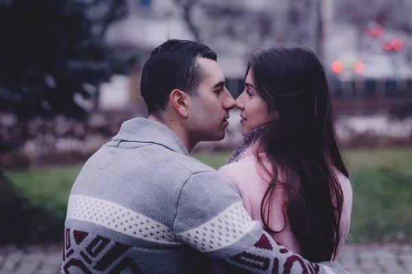 как намекнуть девушке что я ее хочу поцеловать