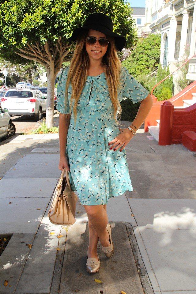 лоферы с голубым платьем и шляпой