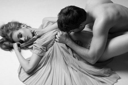 Мужчина целует женщину в живот