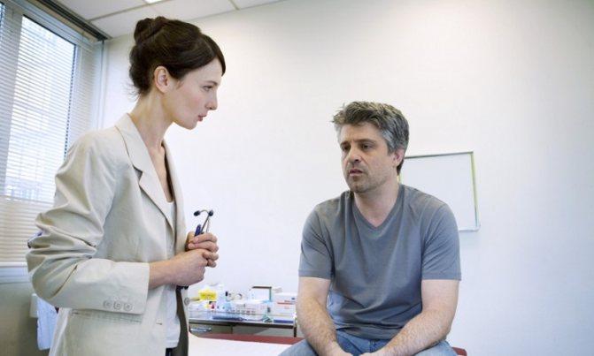 Мужчина проходит операцию после удаления аденомы простаты