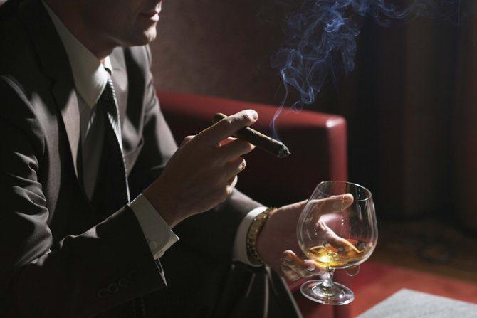 мужчина с сигарой и коньяком