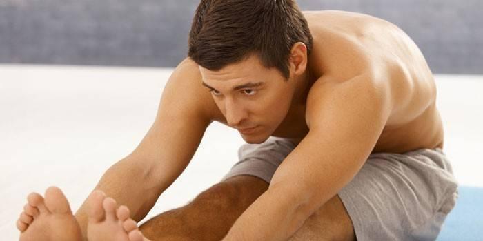 Мужчина занимается физкультурой