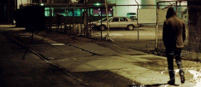 Одинокий мужчина в ночном городе