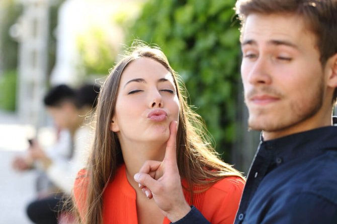 Парень отворачивается от поцелуя