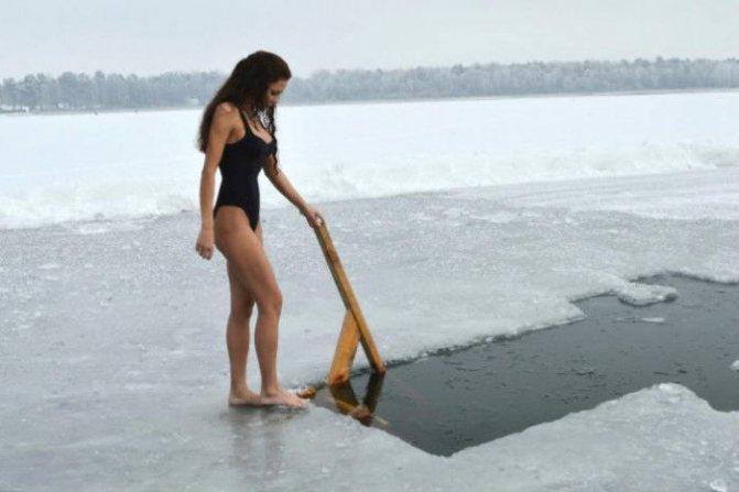 Польза купания в проруби девушка фото