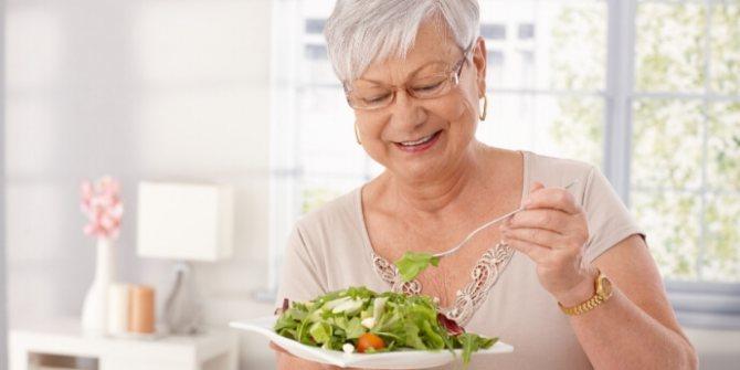 Пожилая-женщина-ест-салат-как-похудеть-пожилым-Лара-Серебрянская