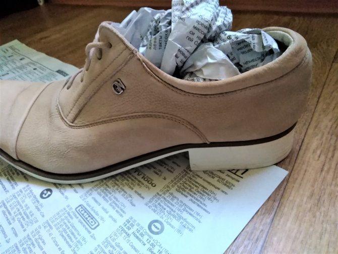 растянуть обувь газетами