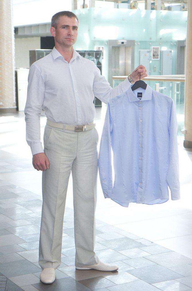 Стилист выбрала для Николая классическую рубашку приталенного силуэта. Фото: Павел МАРТИНЧИК