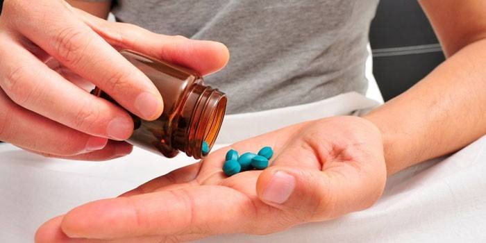 Таблетки на ладони у мужчины