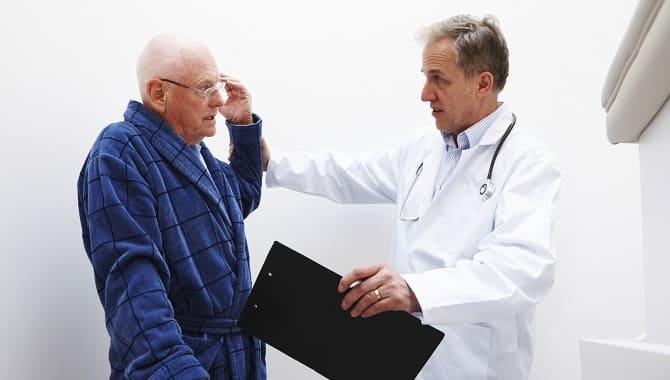 Врач и пожилой человек