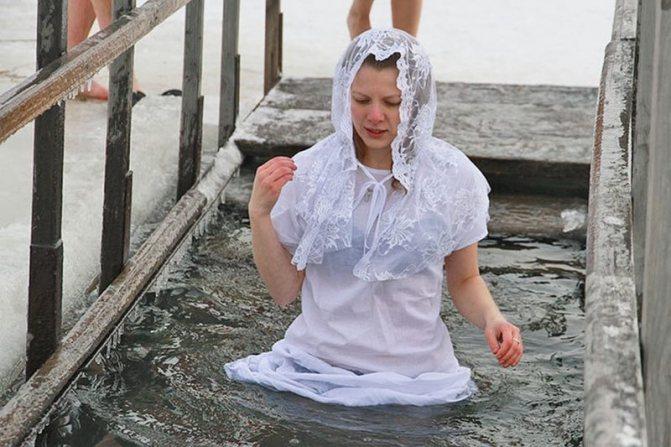 Женщины, девушки обычно окунаются в купальниках. Допускается наличие рубашки